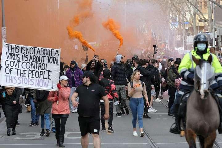 Австралійці вже не вперше вступають у сутички на мітингах проти обмежень у час пандемії - В Австралії мітинг антивакцинаторів переріс у сутички із поліцією (відео)