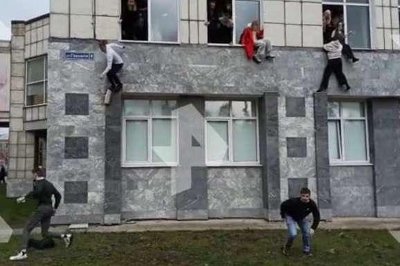 У мережі з'явилися відео, як студенти вистрибують із вікон вишу - У Росії хлопець увірвався до університету та розстріляв студентів (відео)