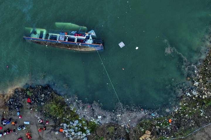 У Китаї перекинулося судно з туристами, загинуло 10 осіб