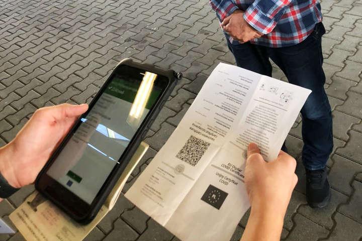 Українець намагався перетнути кордон з підробленим Covid-сертифікатом - Поліція оголосила підозру чоловіку за використання фейкового Covid-сертифіката