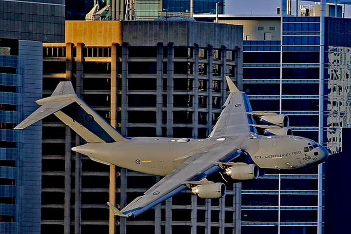 Boeing було знято у четвер під час тренувального польоту, коли літак пролітав через Брісбен на малій висоті - В Австралії вантажний реактивний літак пронісся між хмарочосами (відео)