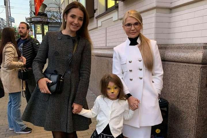 Онучка Тимошенко приєдналася до мами і бабусі для походу до театру - «Дівчата-театралки»: Юлія Тимошенко з родиною відвідала театр оперети (фото)