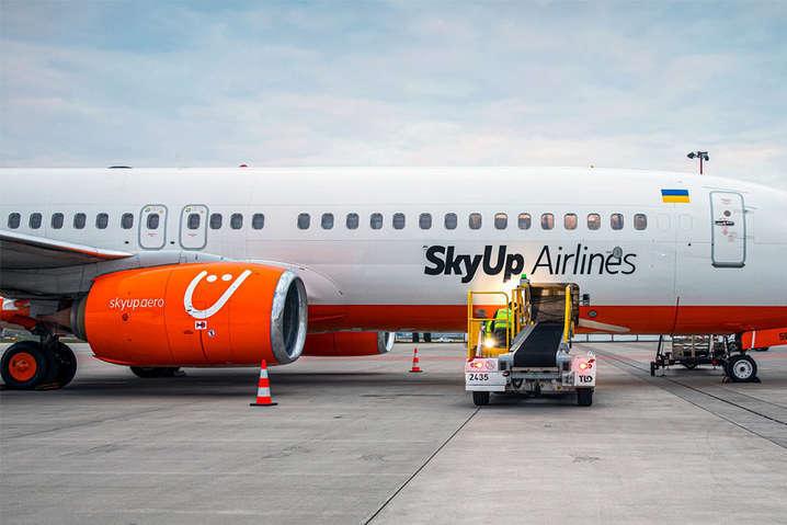 Дебошир буде відповідати за свій вчинок - У аеропорту поліція прямо з літака забрала пасажира, який скандалив через маску (відео)