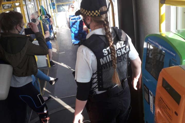 Правоохоронці вгамовували скажену українку - Відмовилась вдягти маску і побила автобус. Українка у Польщі потрапила у скандал