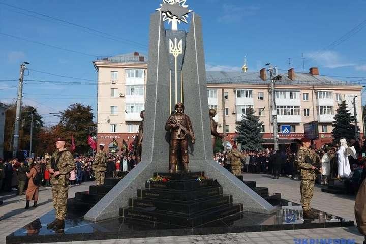 Гранітний монумент проглядається з будь-якого боку - Пам'ятник захисникам відкрили у Житомирі (фото)