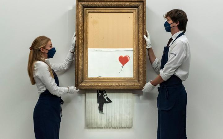 Картину, которую Бэнкси пытался уничтожить на аукционе продали за рекордную сумму