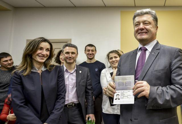 Петро Порошенко отримав біометричний паспорт