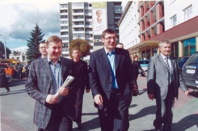 Зліва направо: Володимир Бондар, Юрій Луценко. Луцьк, 2005 рік