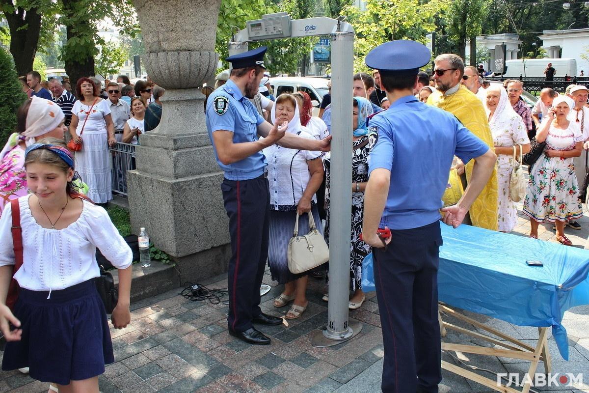Перевірка громадян біля Володимирського собору (фото: Станіслав Груздєв, Главком)