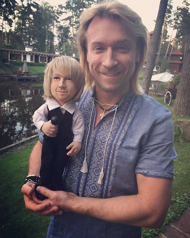 Олег Винник з лялькою (фото: mediananny.com)