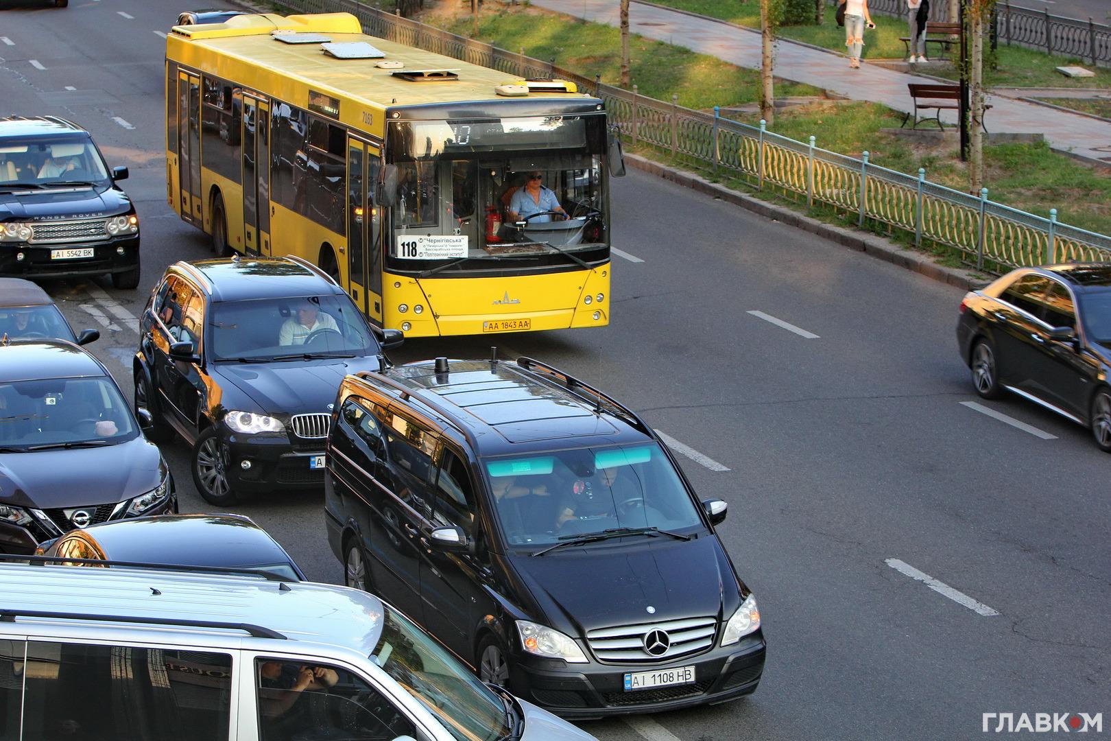 Автівки супроводу політиків заважали безпечному проїзду громадського транспорту