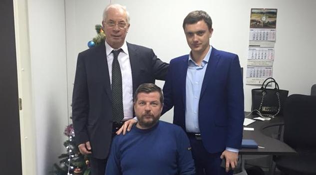 Олексій Журавко (посередині) разом з іншим втікачем до Росії Миколою Азаровим (ліворуч)