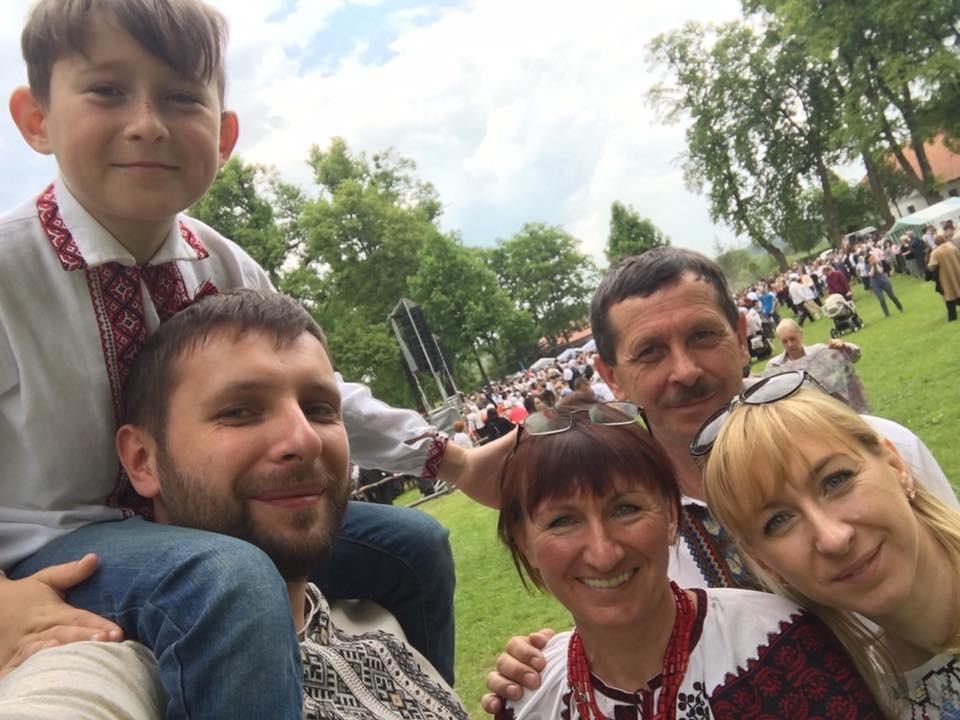 Володимир Парасюк з племінником на плечах, батько та мати Володимира і сестра Ірина Голуб