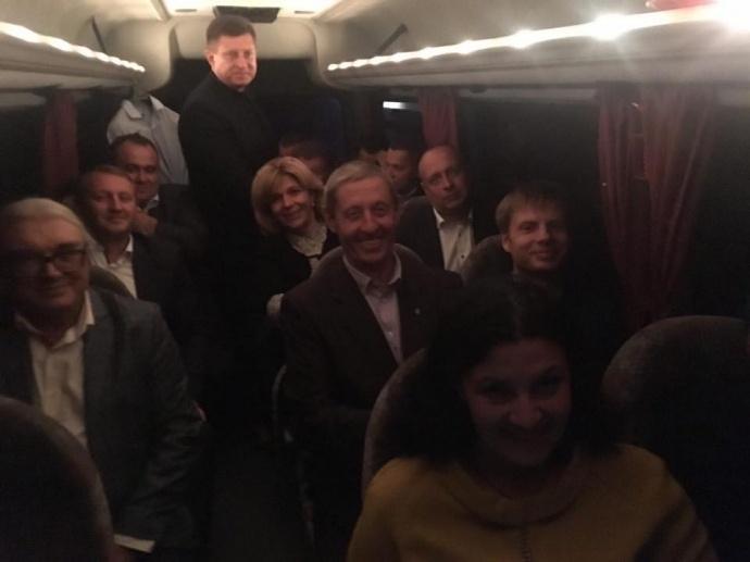 Депутатів фракції БПП доправили до резиденції «Залісся» автобусом. Фото: УП