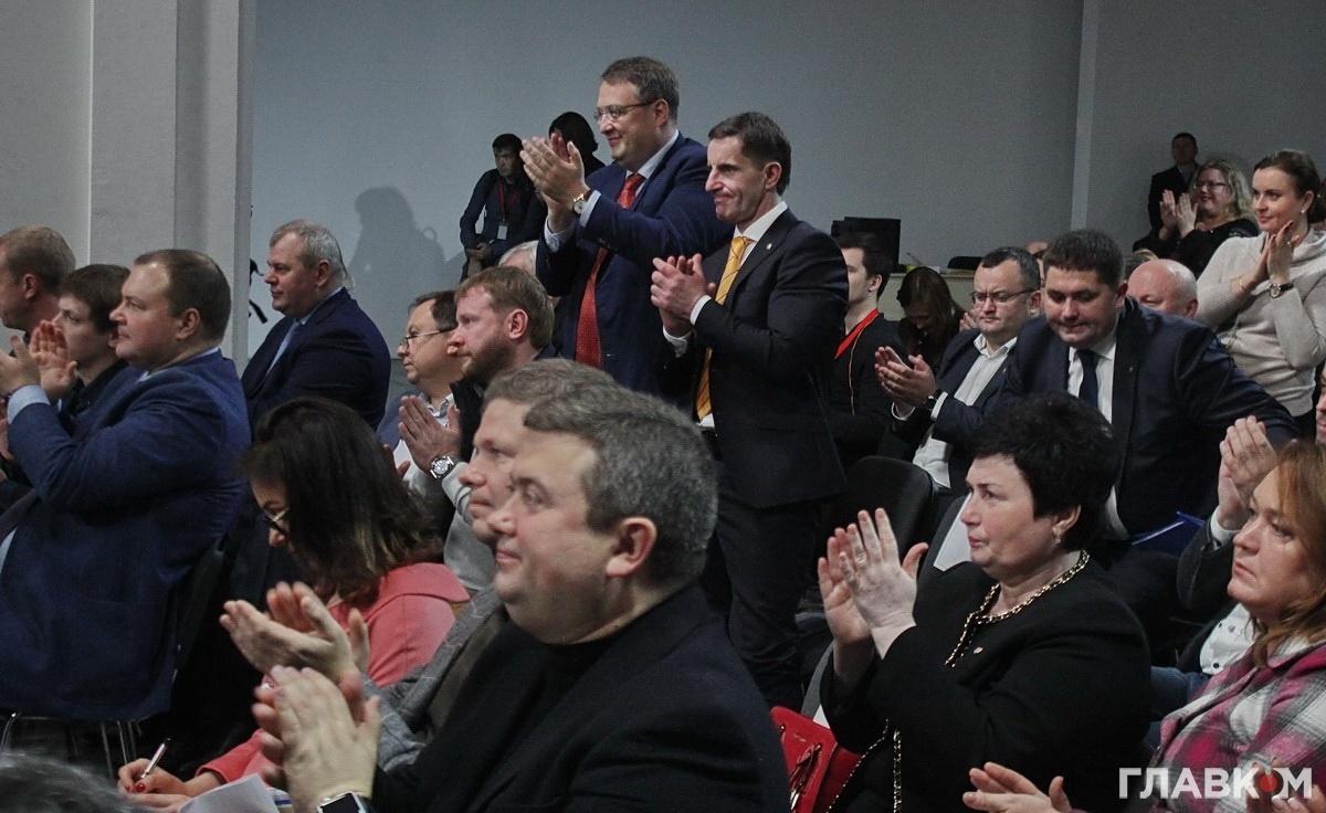 Антон Геращенко та Зорян Шкіряк підскочили зі своїх місць і почали опладувати Арсену Авакову