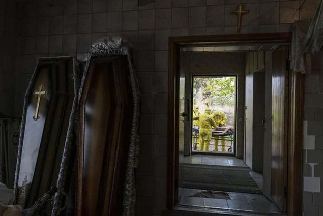 У об'єктив фотокореспондента Associated Press потрапив патологоанатом з Тернополя, який проводив розтин тіла у дворі моргу