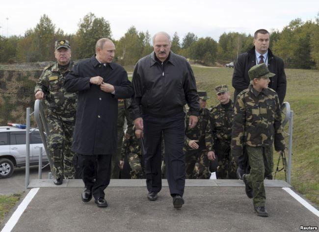Президент Білорусі Олександр Лукашенко із сином (праворуч) і президент Росії Володимир Путін під час спільних навчань «Захід-2013» (фото: Reuters)