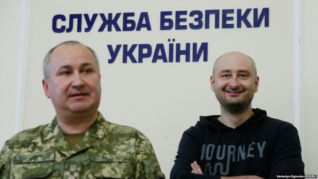 Щасливий і живий Аркадій Бабченко на задньому плані (фото: Голос Америки)