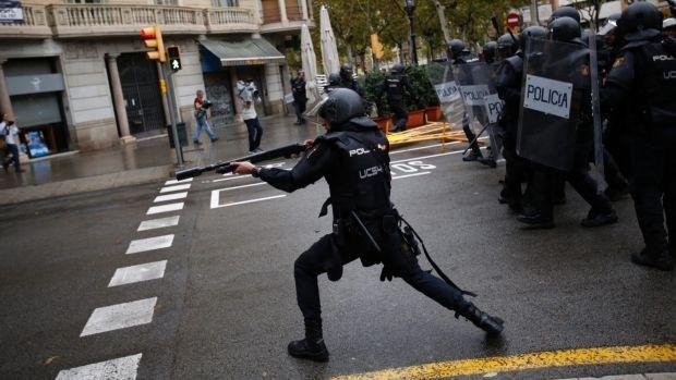Іспанська поліція в Барселоні стріляє гумовими кулями у людей, які відвідують каталонську виборчу дільницю. Фото: AP