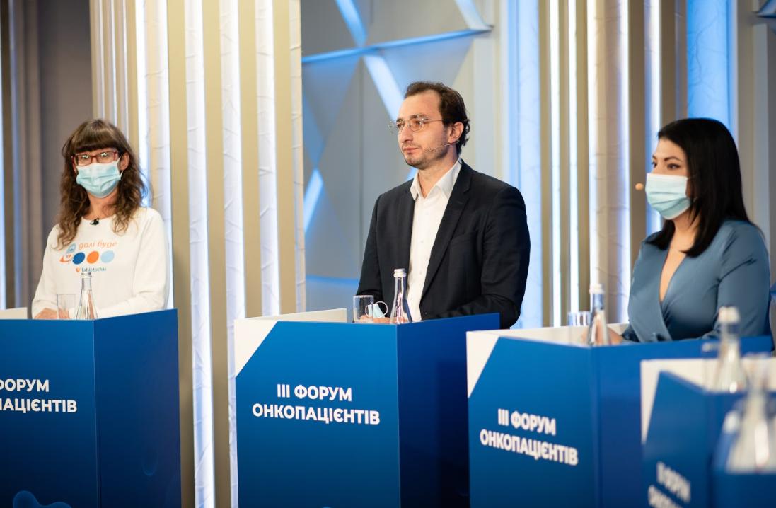 Головний лікар Національного інституту раку Андрій Безносенко (по центру)