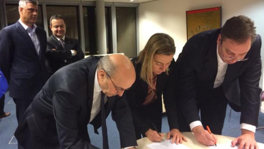 За посередництва Федеріки Могеріні спільний документ підписують тоді ще прем'єр-міністр Сербії Александар Вучич (справа) та його колишній колега з Косова Іса Мустафа (зліва). Джерело – kosovapress.com