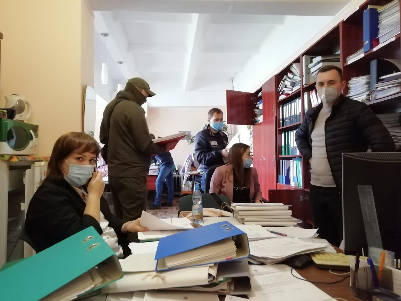 Обшуки у Національному центрі Олександра Довженка проводили співробітники Національної поліції та СБУ. 28 травня 2020 року
