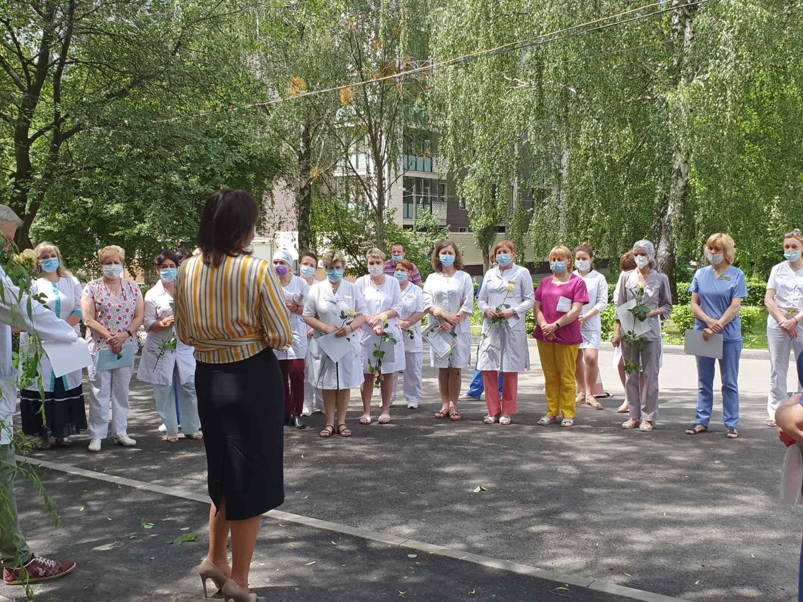 Тетяна Мостепан з медичним персоналом лікарні (фото: facebook)