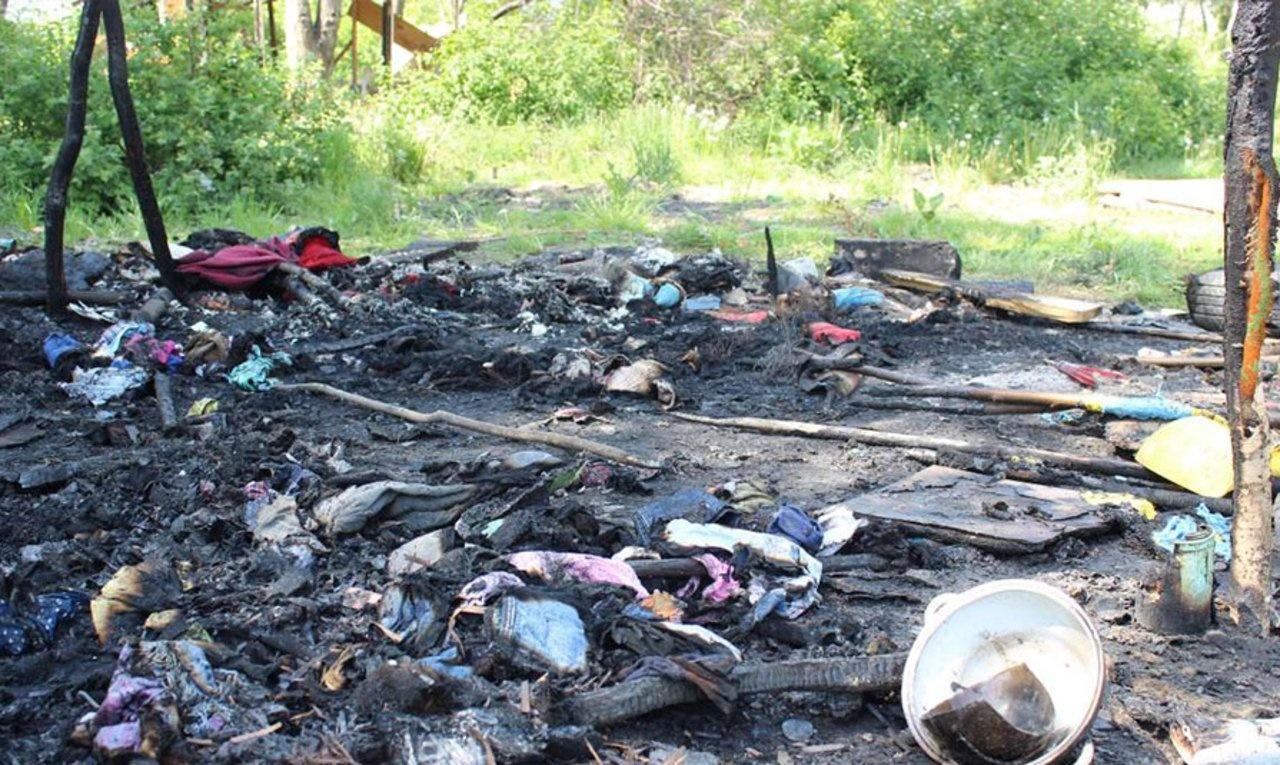 Рештки спаленого ромського табору на Львівщині (Фото: Громадське радіо/Ірина Саєвич)
