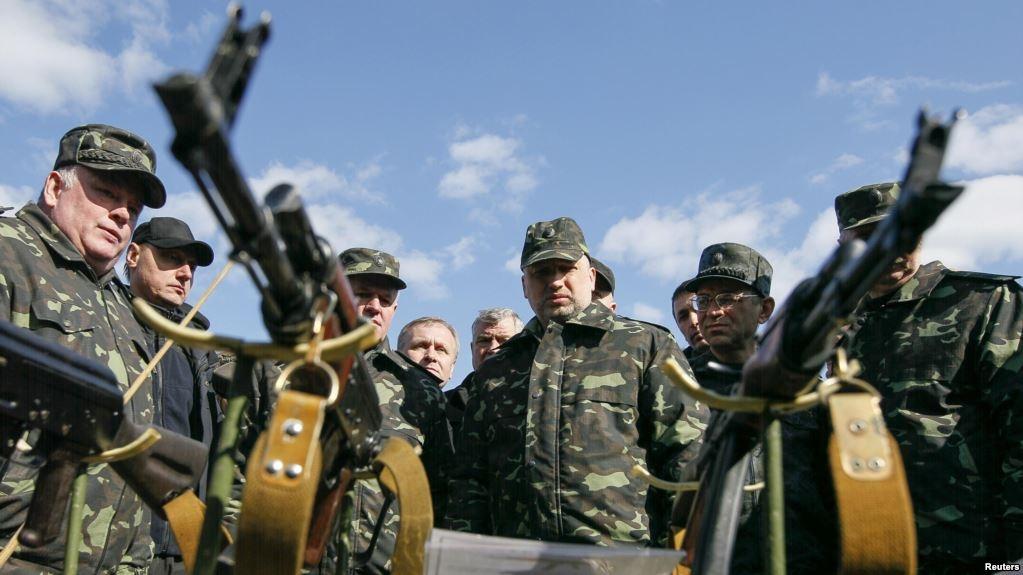 Олександр Турчинов (в центрі) на військовій виставці (Чернігівська область, 2014 рік)