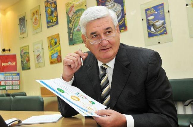 Обличчям «М.С.Л.» є гендиректор компанії Георгій Ложенко. Поза ним, зв'язок до лотерейного оператора також приписують росіянам та одіозному нардепу, екс-соратнику Януковича Віталію Хомутинніку