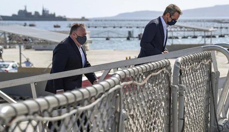 Глава Держдепу США Майк Помпео та премєр-міністр Кіріакос Міцотакіс на військово-морській базі НАТО Суда-Бей на острові Крит (Фото: Aris Messinis/Pool via Reuters)