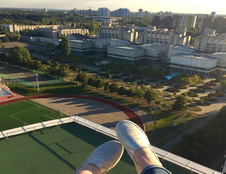 Жителі нових будинків, побудованих на території університету при Губерському, тепер можуть зверхньо поглядати на студентів (фото: 2gis.ua)