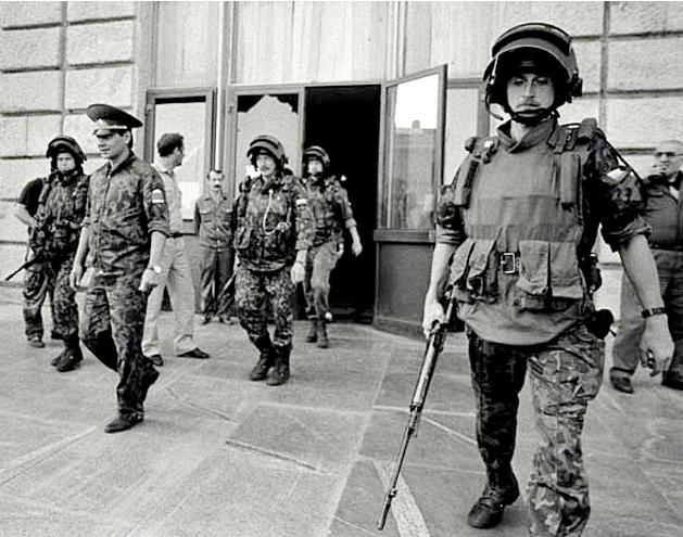 Сергій Шойгу під охороною російського спецназу біля будинку Ради міністрів Абхазії влітку 1993 року. Фото з відкритих джерел