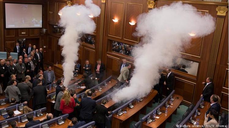Опозиція, блокуючи трибуну та розпилюючи сльозогінний газ, протестує у парламенті проти формування асоціації сербських муніципалітетів. Джерело - dw.com
