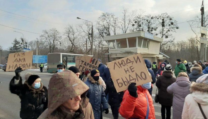 На Харківщині люди перекрили дорогу через підвищення тарифів (Фото: Суспільне)