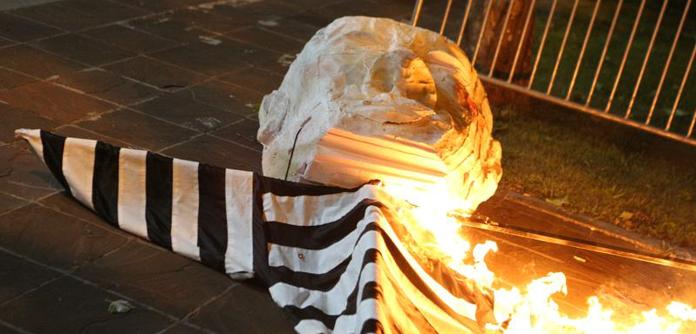 Спалення протестувальниками опудала «спеціального прокурора». Подгориця, 7 травня 2019 р. Джерело vijesti.me