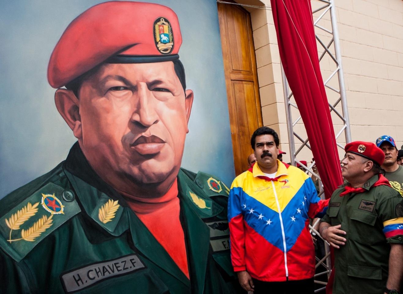 Кандидат від соціалістів Ніколас Мадуро, якого покійний лідер країни Уго Чавес обрав своїм наступником, у 2013 році з мінімальним відривом переміг на президентських виборах... Мадуро, отримав 50,7% голосів. За кандидата від опозиції Енріке Капрілеса було віддано 49,1% голосів.