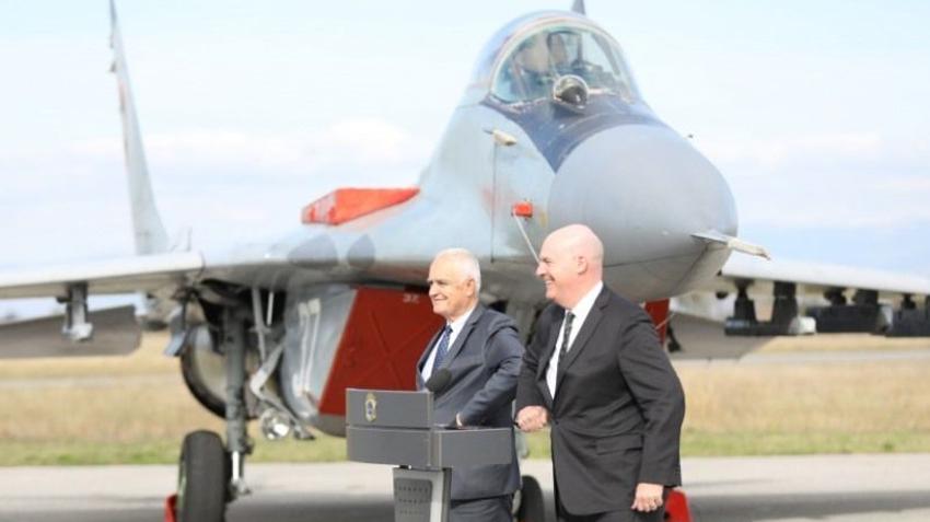 Помічник держсекретаря США Річард Кларк Купер на авіабазі «Граф Ігнатьєв»