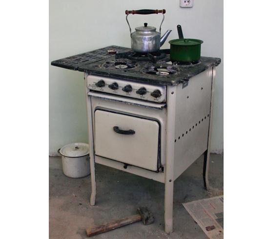 Багато селян досі користуються старими радянськими газовими плитами (на фото – плита «Газоапарат», джерело – soviet-life.livejournal.com)
