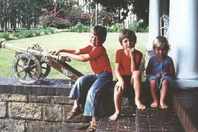 Ілон народився і сім'ї інженера та моделі в ЮАР. В дитинстві багато читав. В 12 років сам написав комп'ютерну гру Blaster і продав її за $500. У 17 років переїздить до Канади. На фото Ілон Маск в дитинстві з братом і сестрою (фото з відкритих джерел)