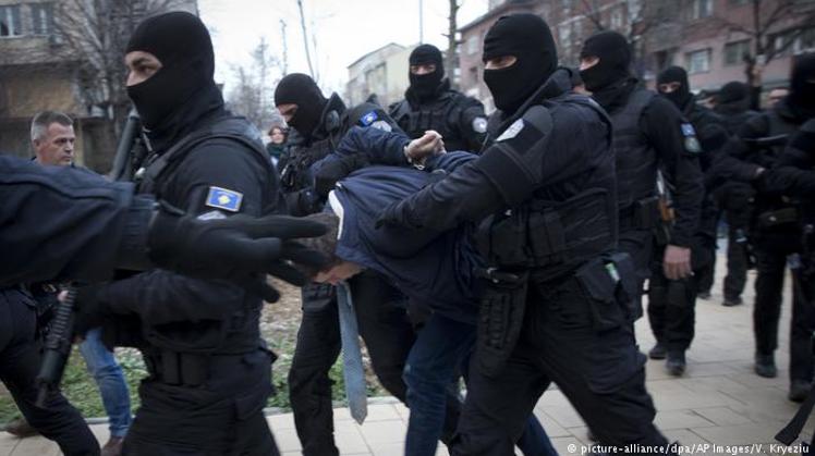 Затримання керівника Адміністрації з питань Косова і Метохії уряду Сербії Марко Джурича на півночі Косова у березні 2018 року. Джерело - dw.com