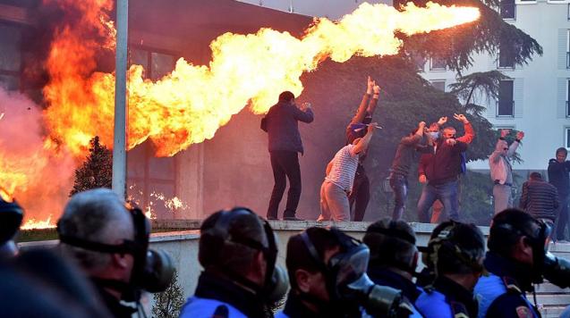 Протестуючі кидають коктейлі Молотова в офіс прем'єр-міністра Албанії Еді Рами. Фото Reuters, джерело euronews.com