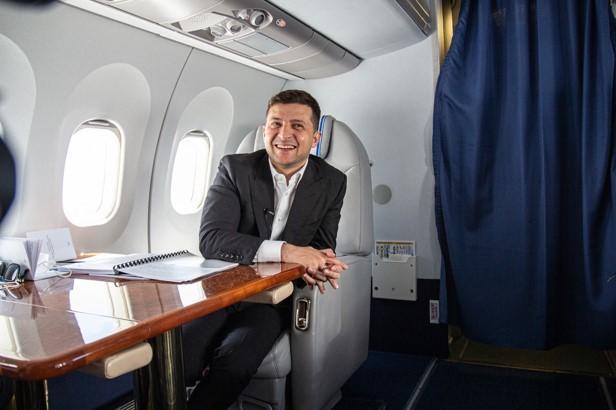 Зеленський в літаку українського виробництва
