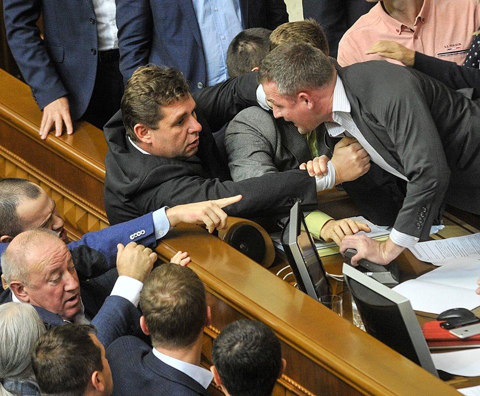 Одіозний депутат Олександр Третьяков намагається скинути Юрія Левченко з президії
