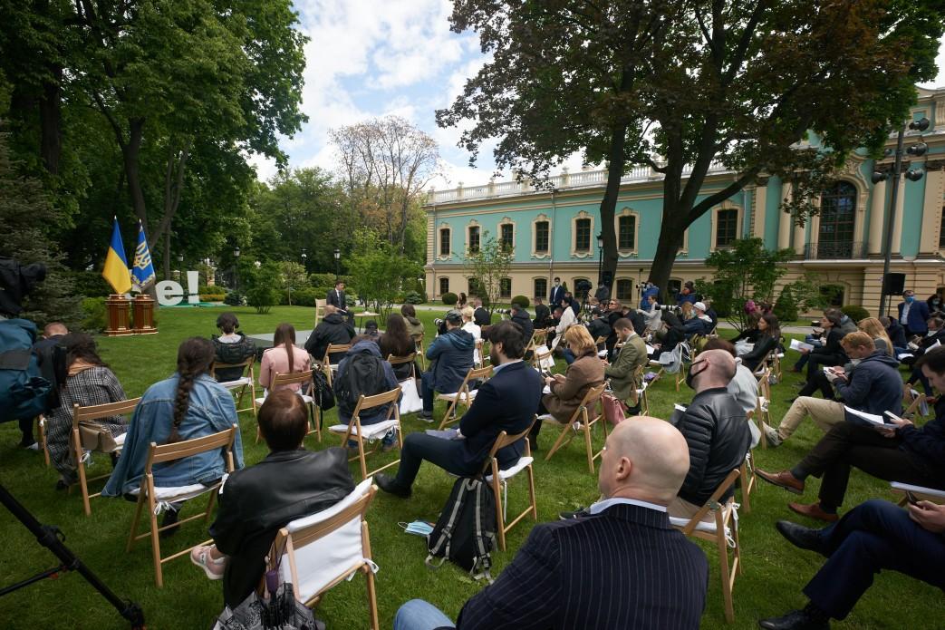 Пресконференція президента відбулася у Маріїнському парку