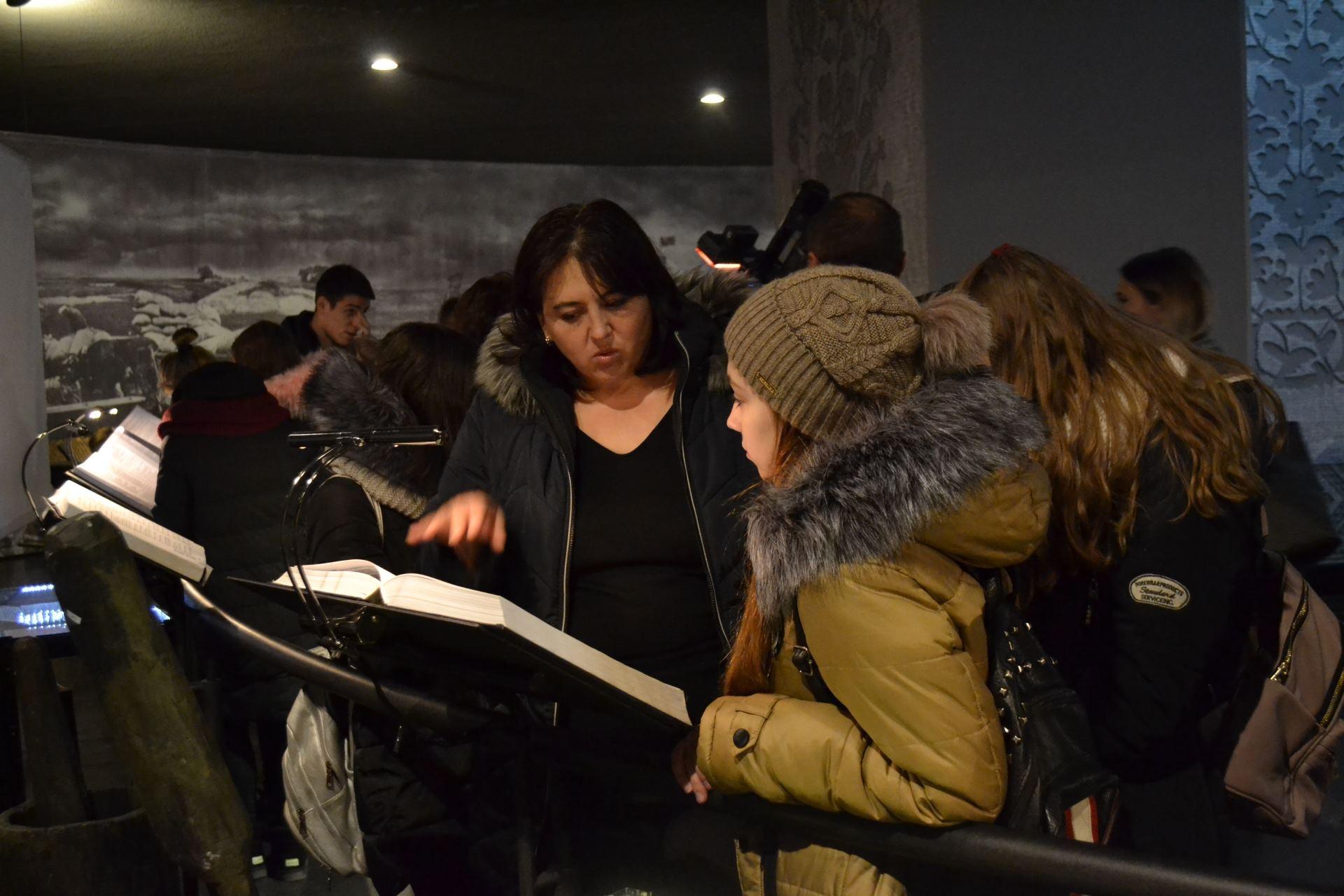 Відвідувачі Меморіалу жертв Голодомору