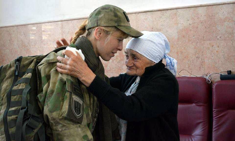 Населення (прифронтової зони, зокрема) все тепліше ставиться до української армії, каже Білозерська. На фото – з волонтером «бабусею Людою» у Дніпрі