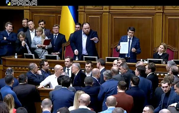 Міністру Милованову не одразу вдалося продертися до трибуни