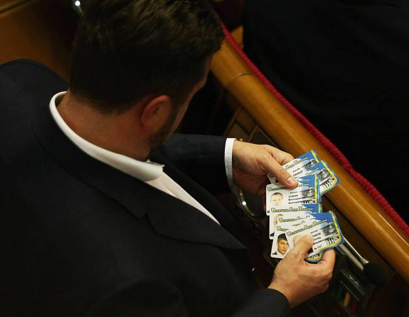 Антон Яценко («Відродження») готується до голосування за менш дисциплінованих товаришів