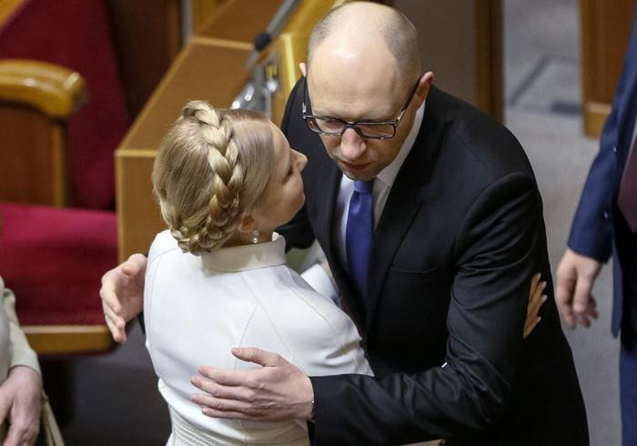 Арсеній Яценюк в приватних розмовах хвалиться, що вже їсть борщ з Юлією Тимошенко